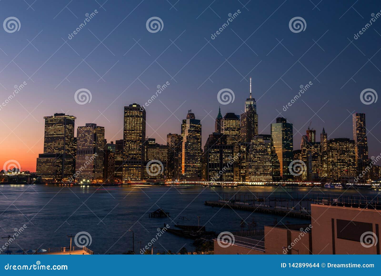 De horizon van Manhattan bij zonsondergang van Brooklyn