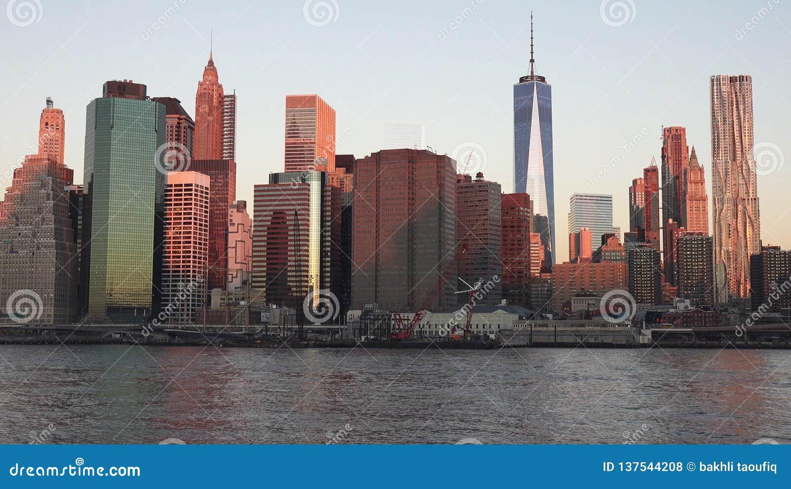 De Horizon van Manhattan met Empire State Building over Hudson River, de Stad 2019 van New York