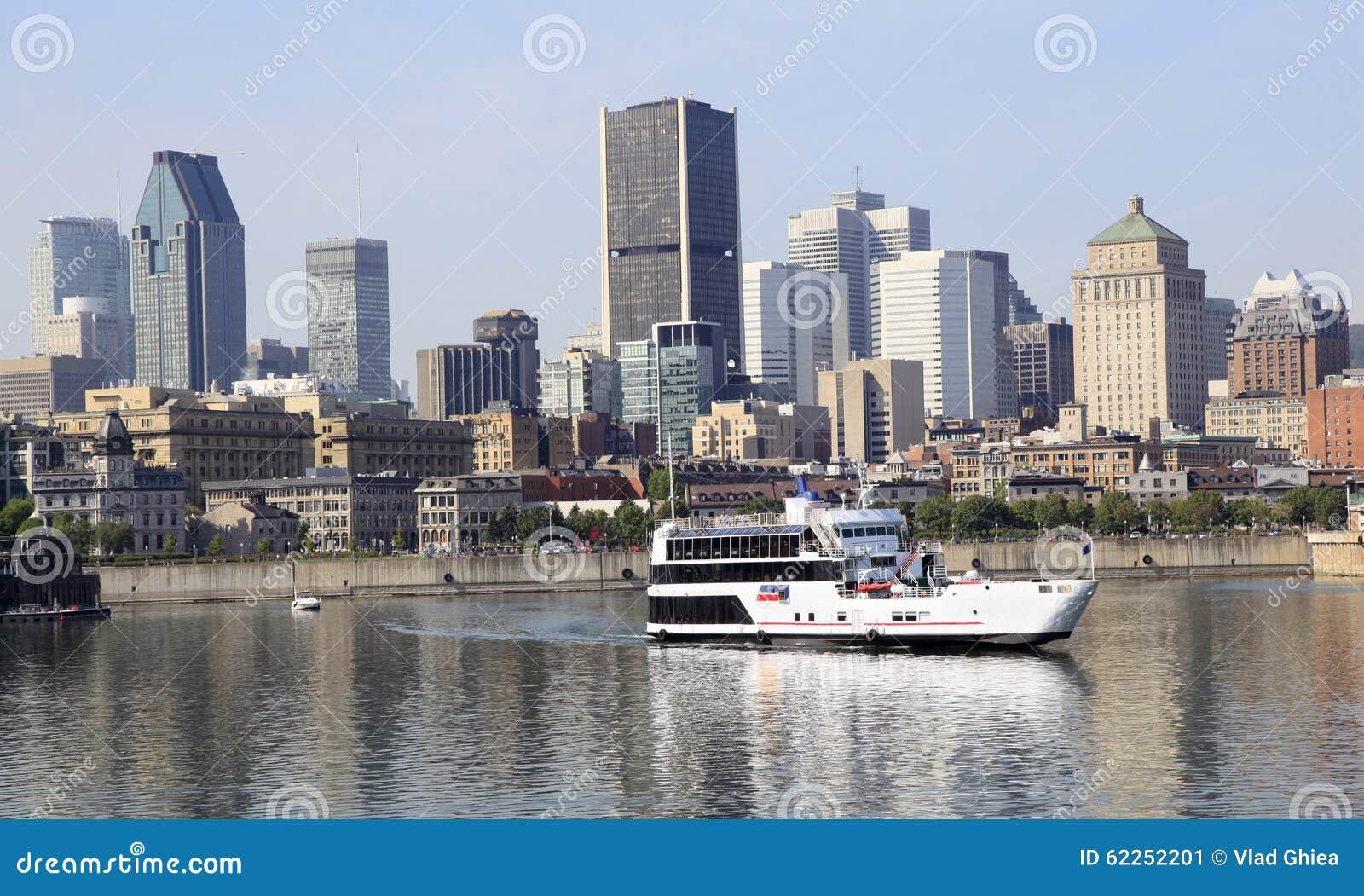 De horizon van Montreal en cruiseboot in Heilige Lawrence River, Canada wordt weerspiegeld dat