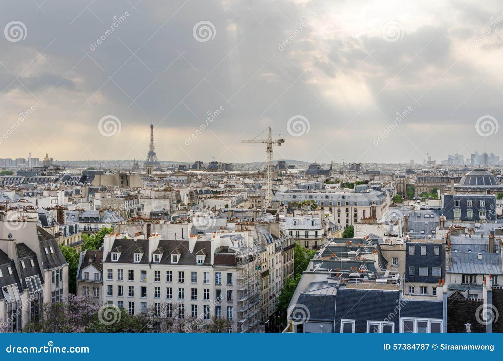 De Horizon van Parijs en de Toren van Eiffel bij zonsondergang in Parijs