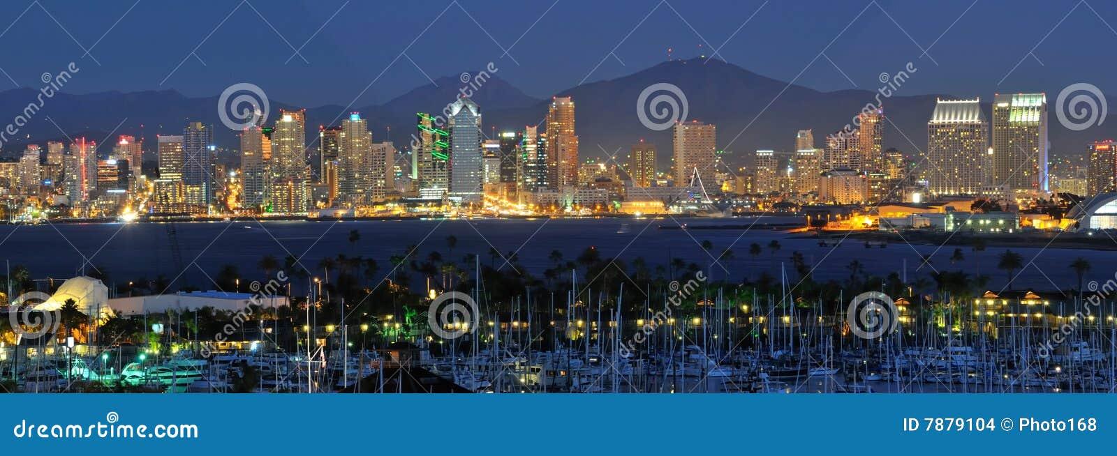 De Horizon van San Diego bij nacht