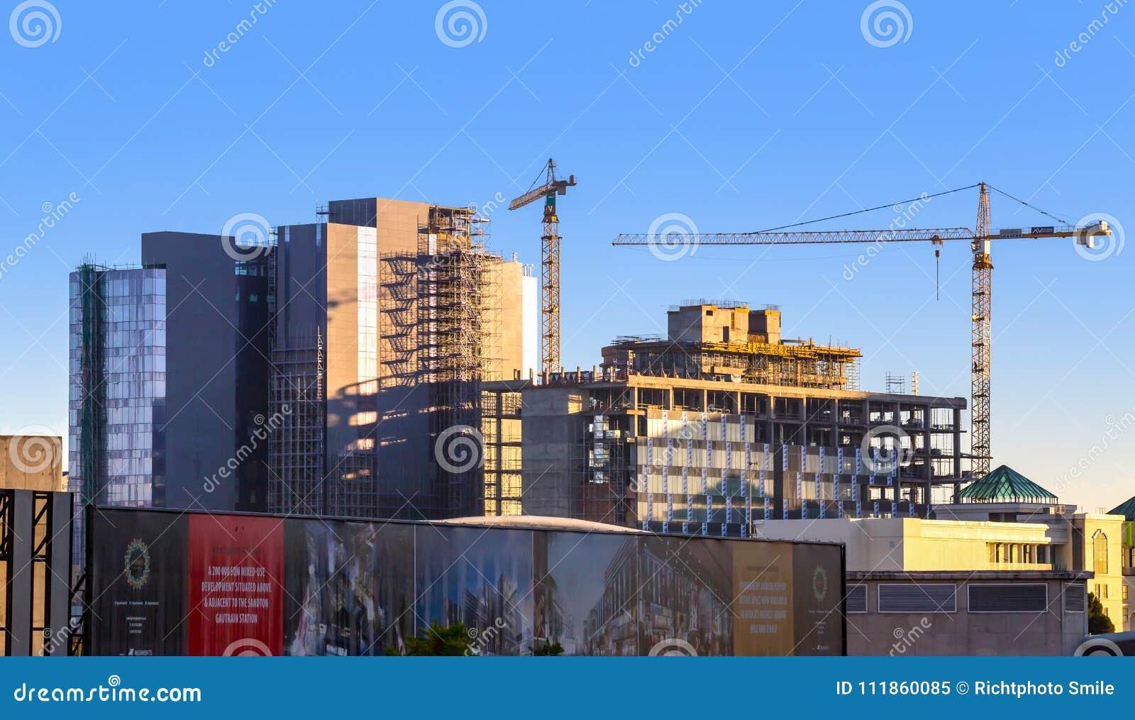 De horizon van de Sandtonstad met bouwkranen