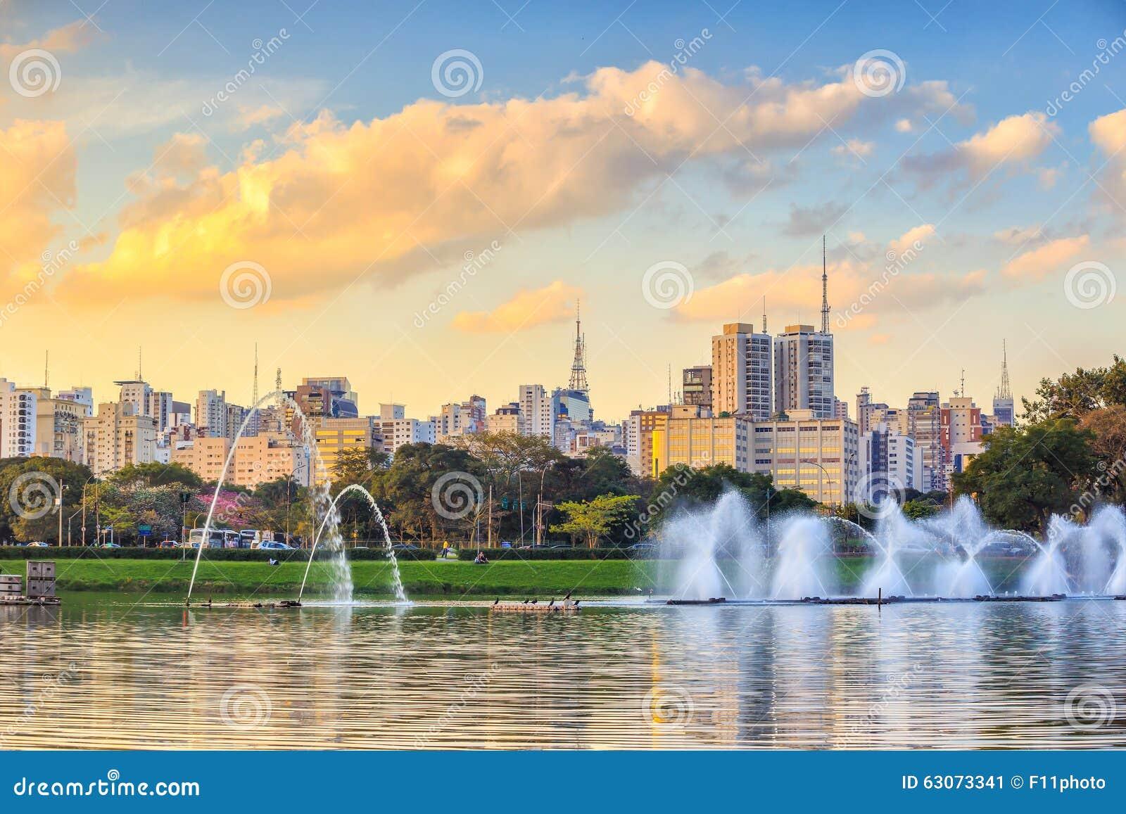 7b76d0e704 De Horizon Van Sao Paulo Van Het Park Van Parque Ibirapuera Stock ...