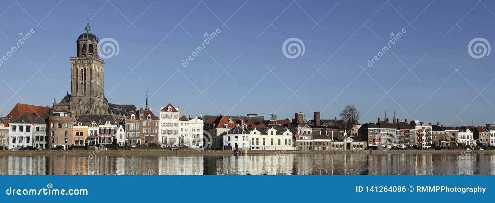 De horizon van de stad van Deventer in Nederland