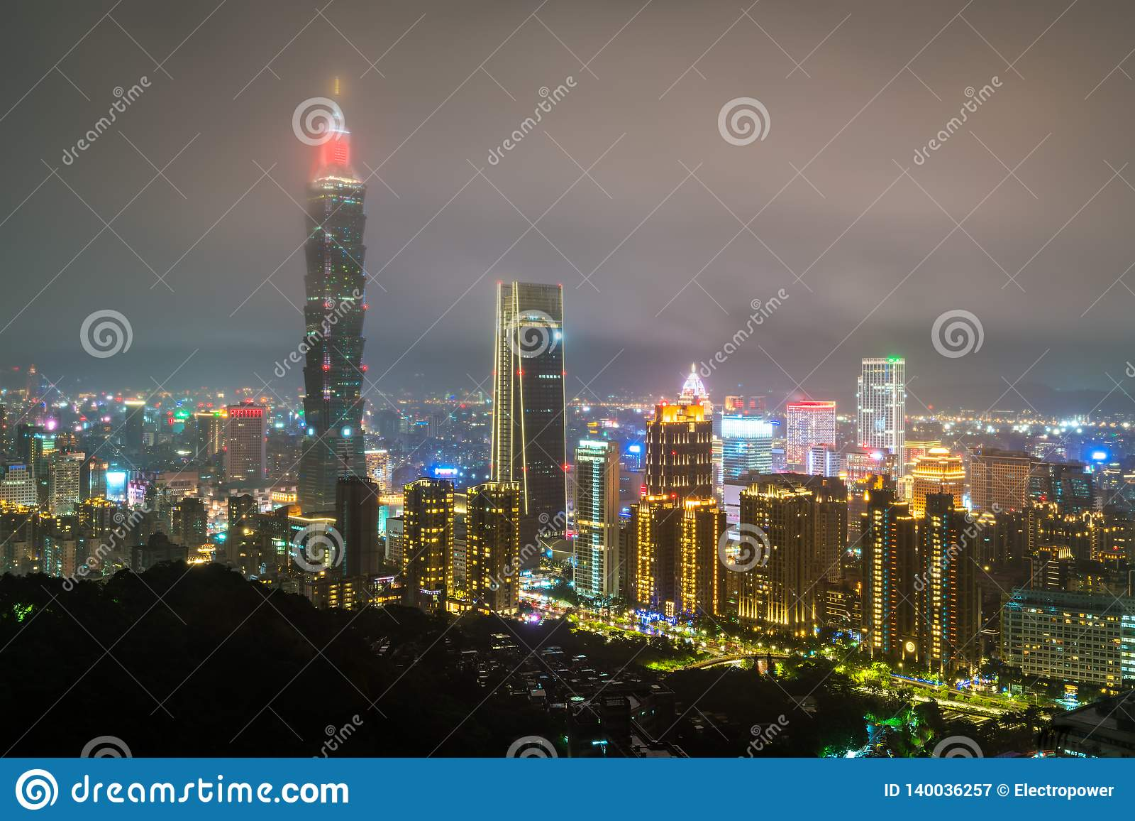 De horizon van Taipeh bij nacht Taiwan, de Republiek China