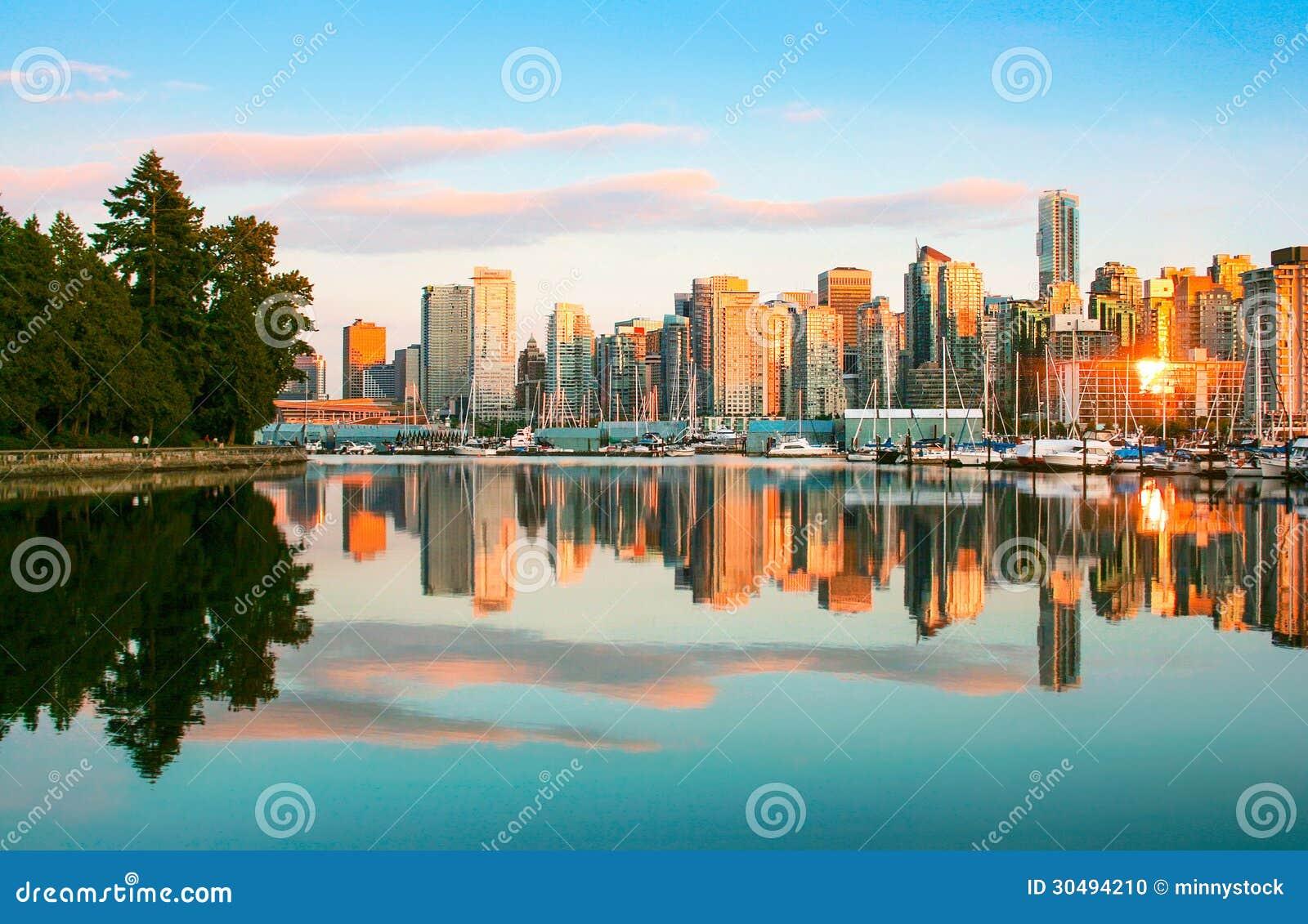 De horizon van Vancouver met Stanley Park bij zonsondergang, Brits Colombia, Canada