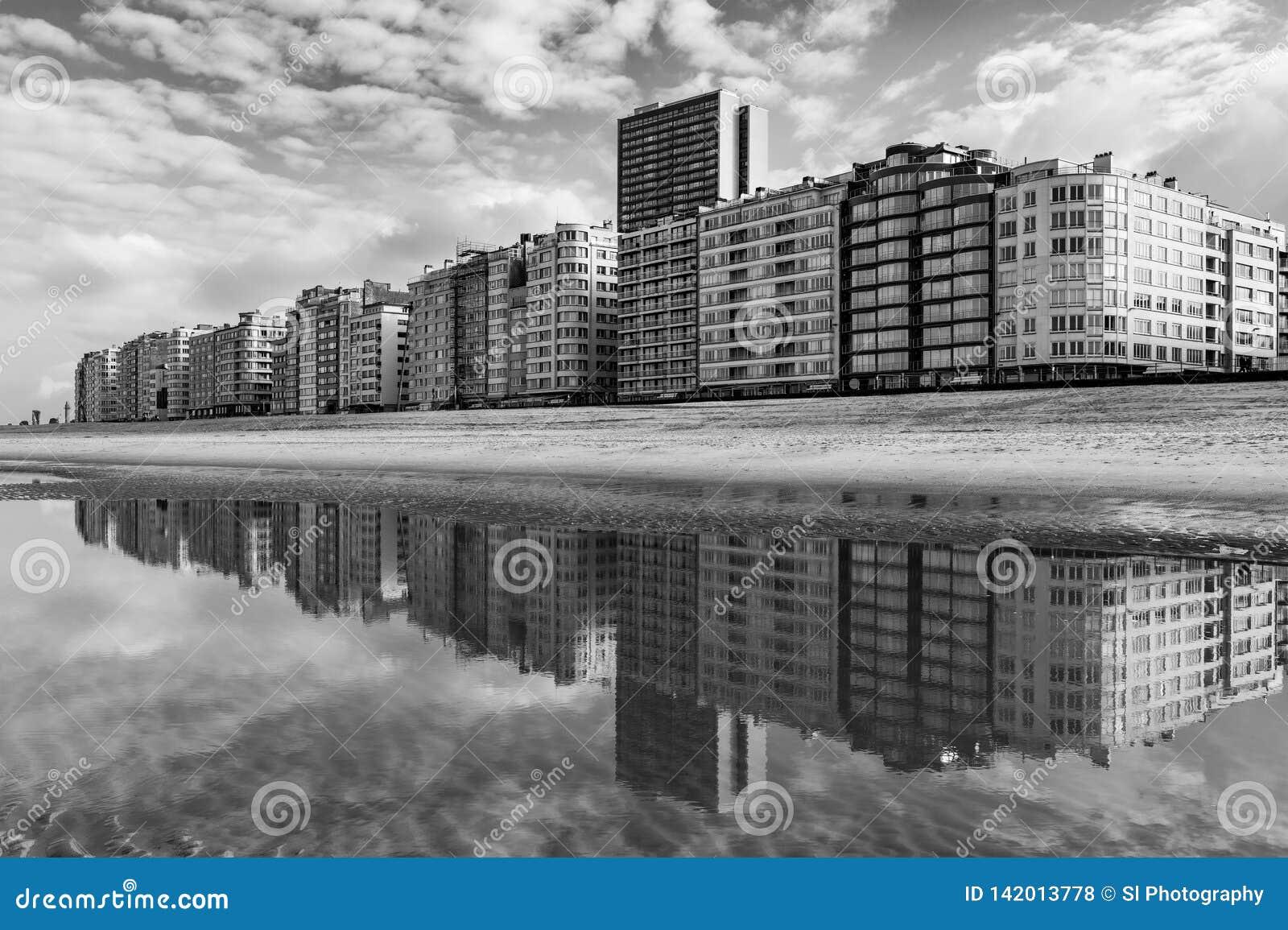 De Horizonbezinning van Oostende in Zwart-wit, België