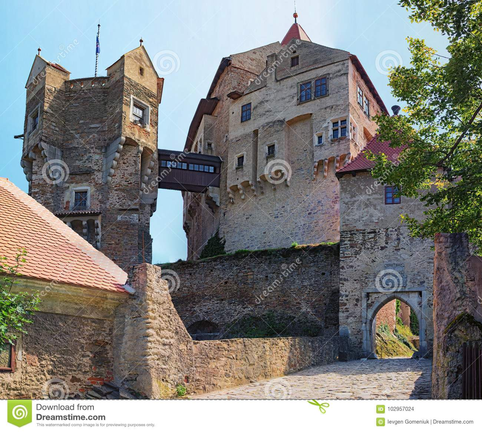 De horlogetoren in Pernstejn-Kasteel Dit die kasteel op een rots boven het dorp van Nedvedice, het Gebied van Zuidenmoravian word