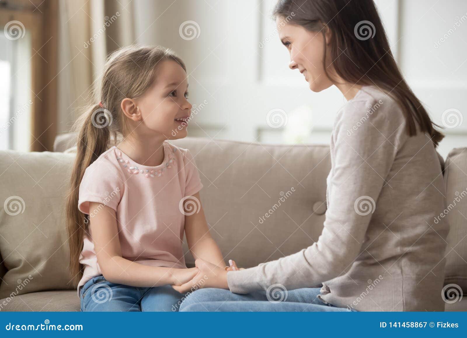 De houdende van moeder en kindholding overhandigt het spreken zitting op bank