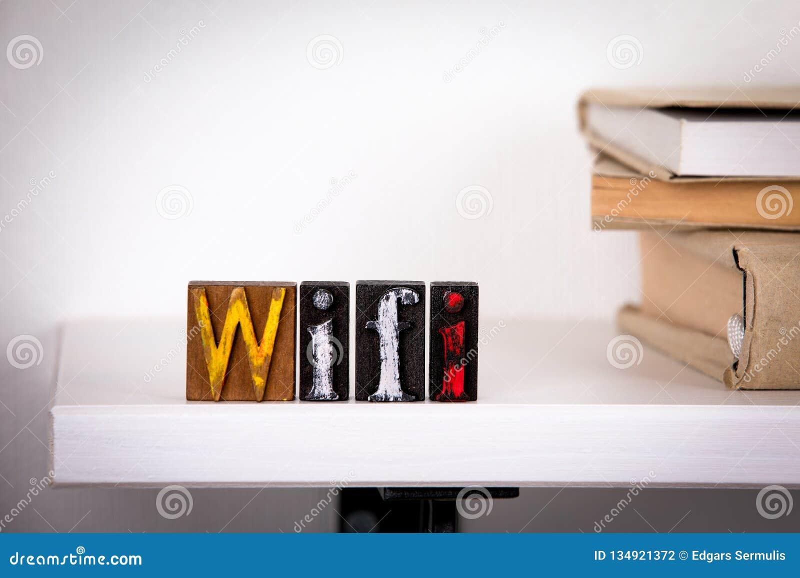 De Houten brieven van het Wifiwoord op het bureau
