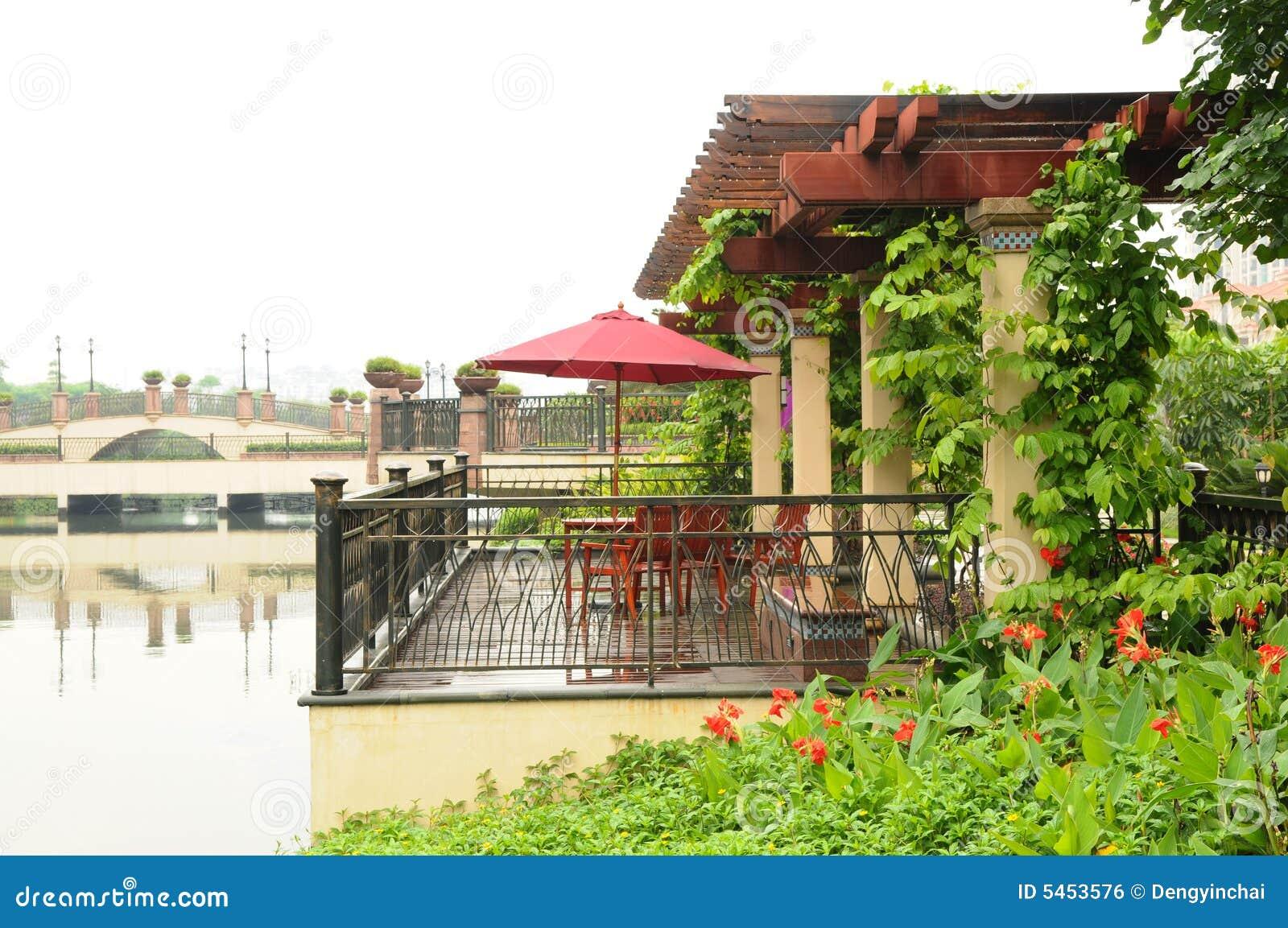 De houten pergola door rivieroever royalty vrije stock afbeelding afbeelding 5453576 - Pergola klimplant ...