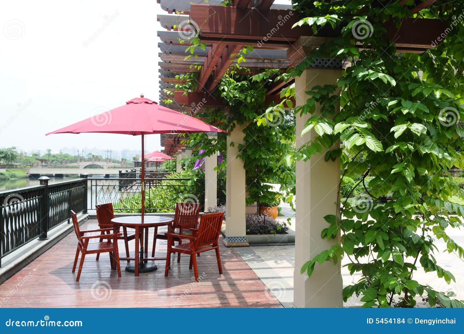 De houten pergola met klimplant stock foto afbeelding 5454184 - Pergola klimplant ...