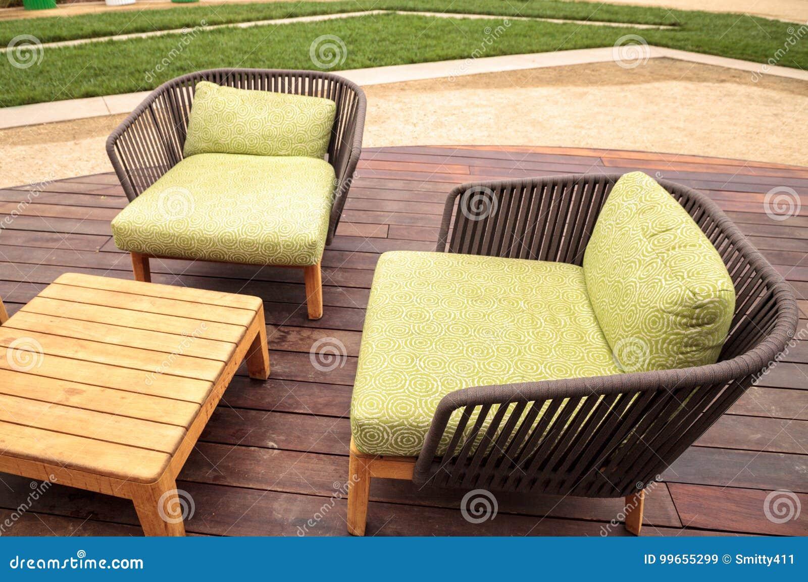 Kussens Voor Stoelen : De houten stoelen van de terraszitkamer met groene kussens stock