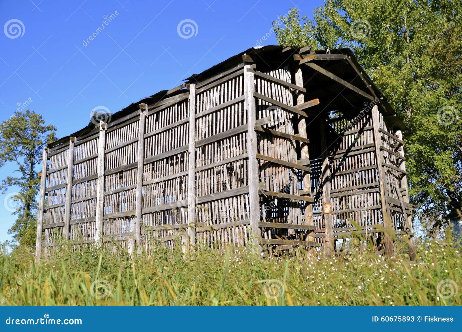 De houten voederbak van het latgraan