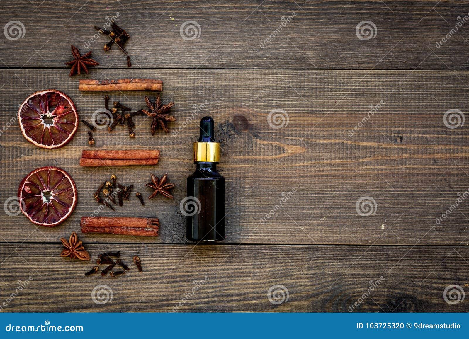 De huidzorg en ontspant Schoonheidsmiddelen en aromatherapy concept Kaneelolie op donkere houten hoogste mening als achtergrond c
