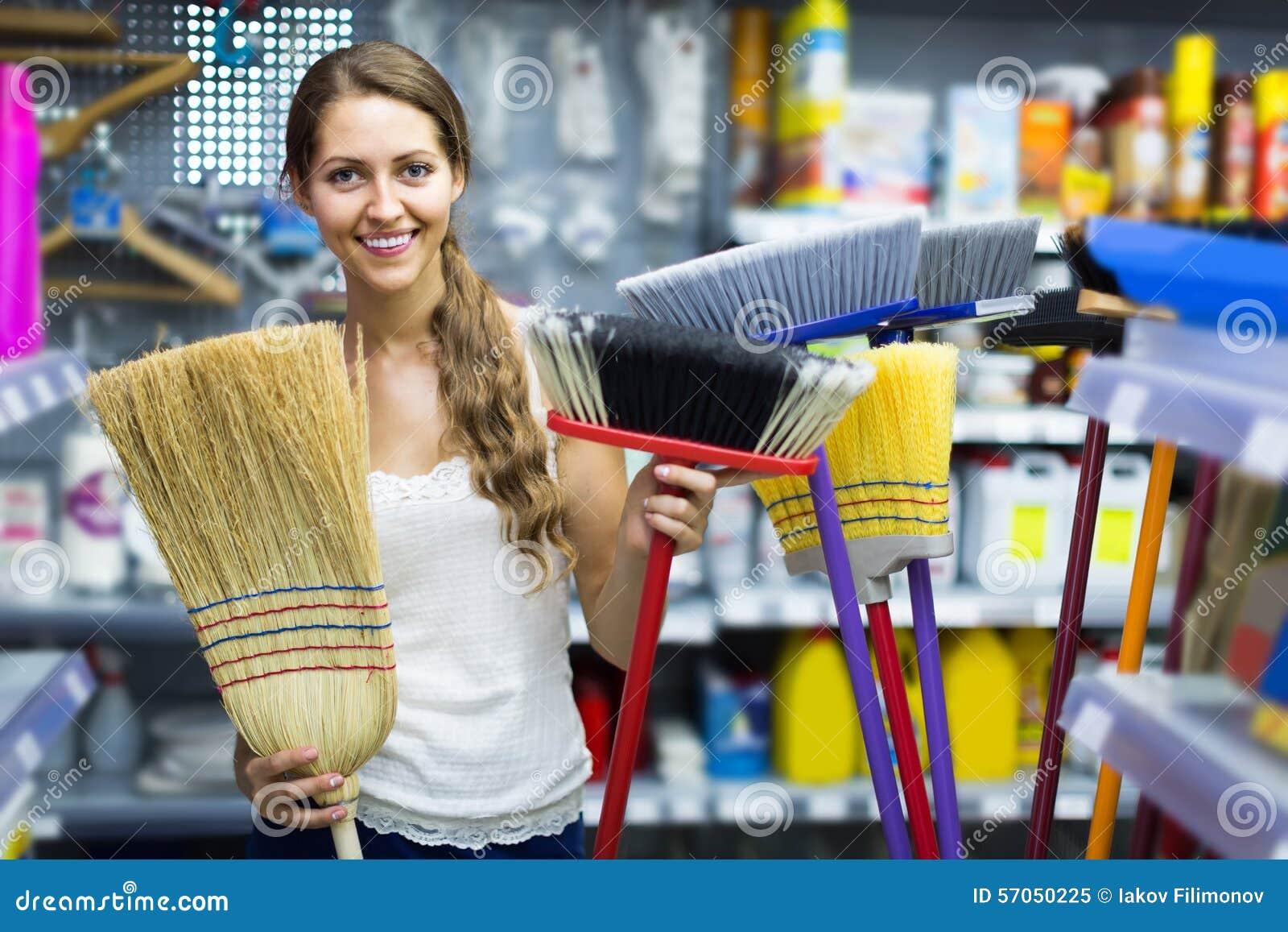 De huisvrouw kiest bezem voor het schoonmaken