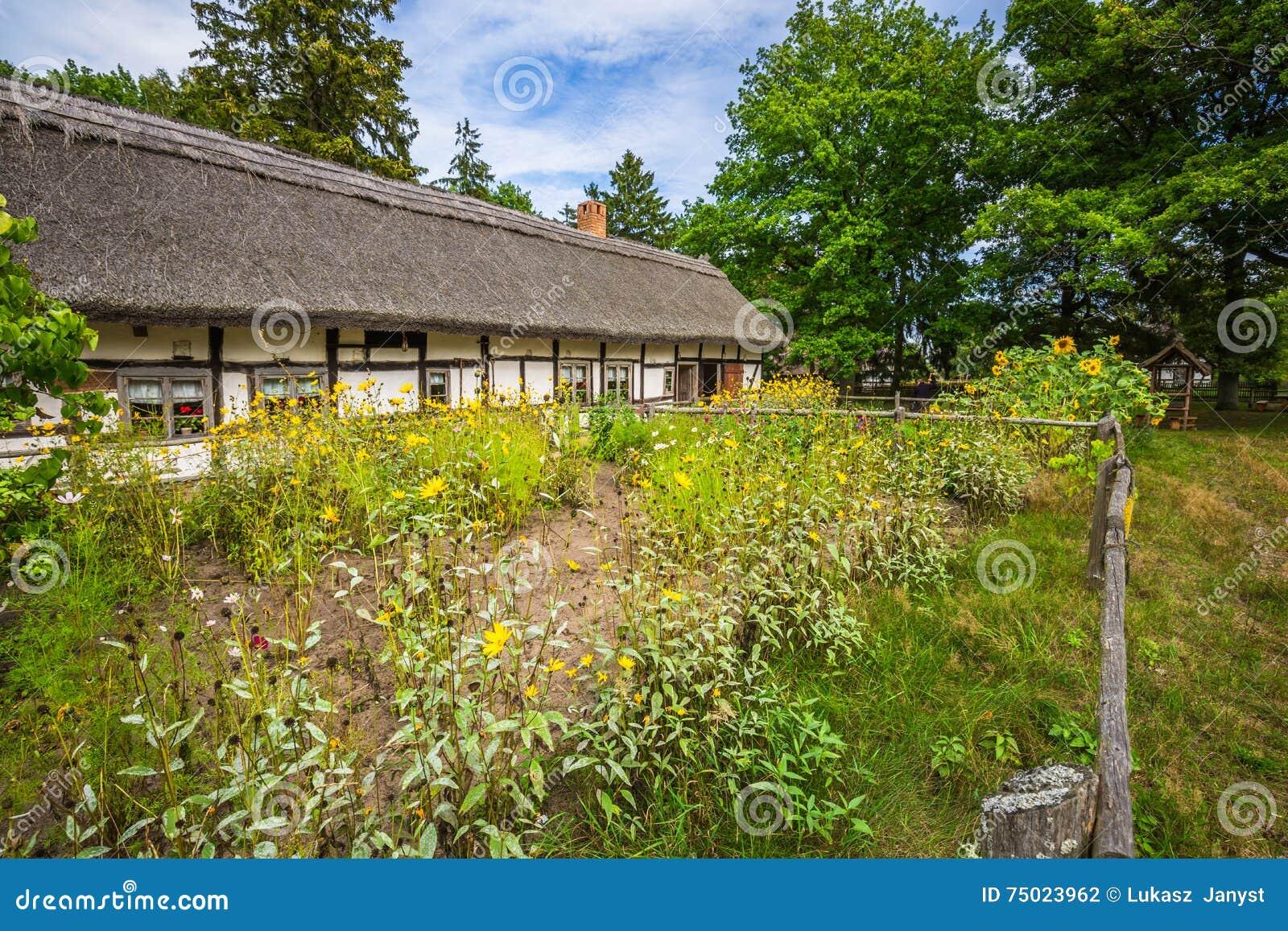 De huizen van de oude visser in kluki dorp polen stock foto afbeelding 75023962 - Huizen van de wereldbank ...