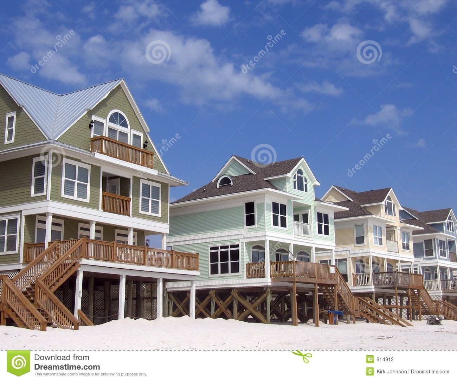 De Huizen van het strand op de Blauwe Achtergrond van de Hemel