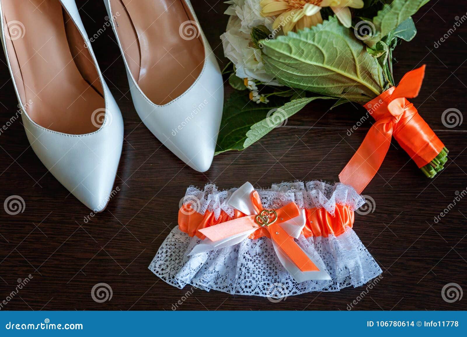 De huwelijkstoebehoren sluiten omhoog
