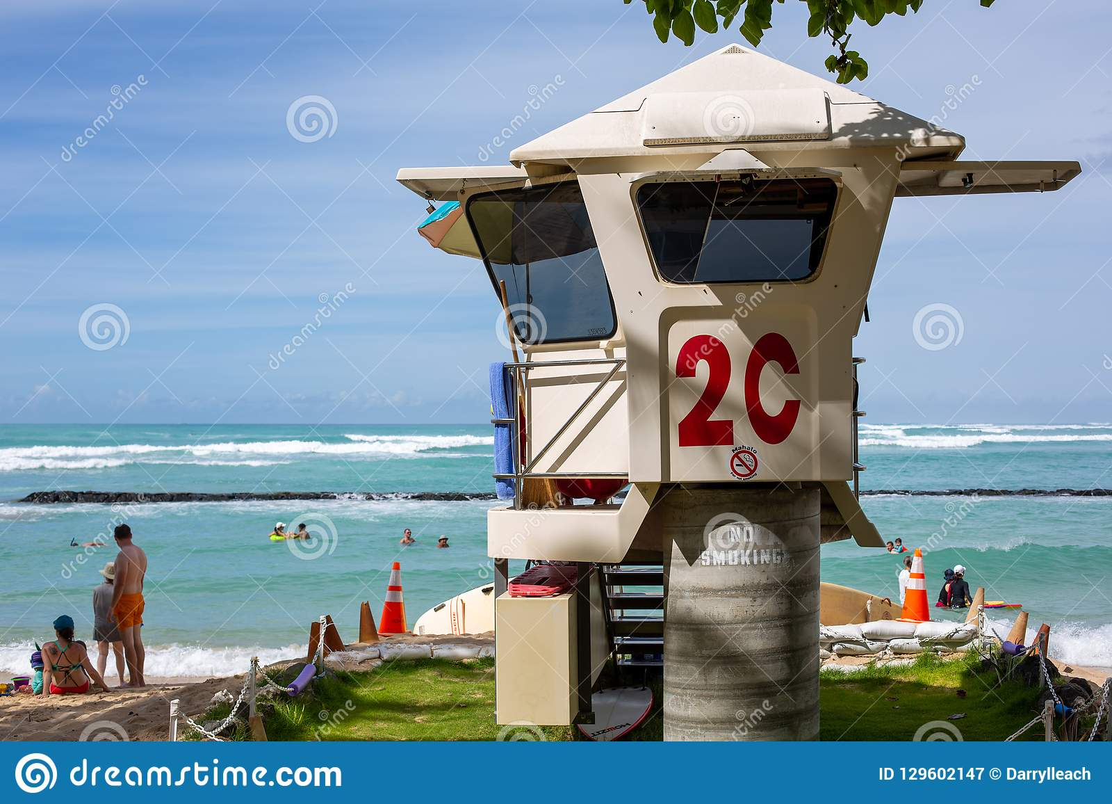 De iconische 2C-badmeestertoren bij Waikiki-Strand Honolulu Hawaï o