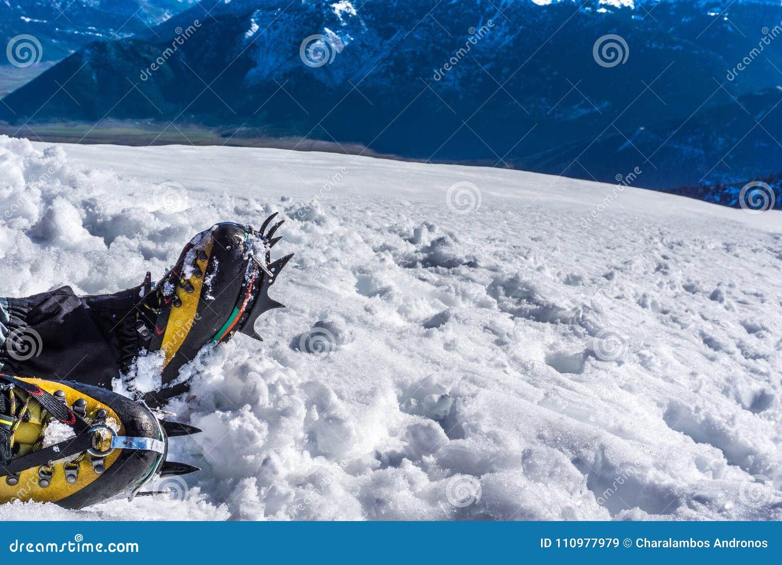 De ijskrappen sluiten omhoog voor extreme wandeling op sneeuw behandelde bergen