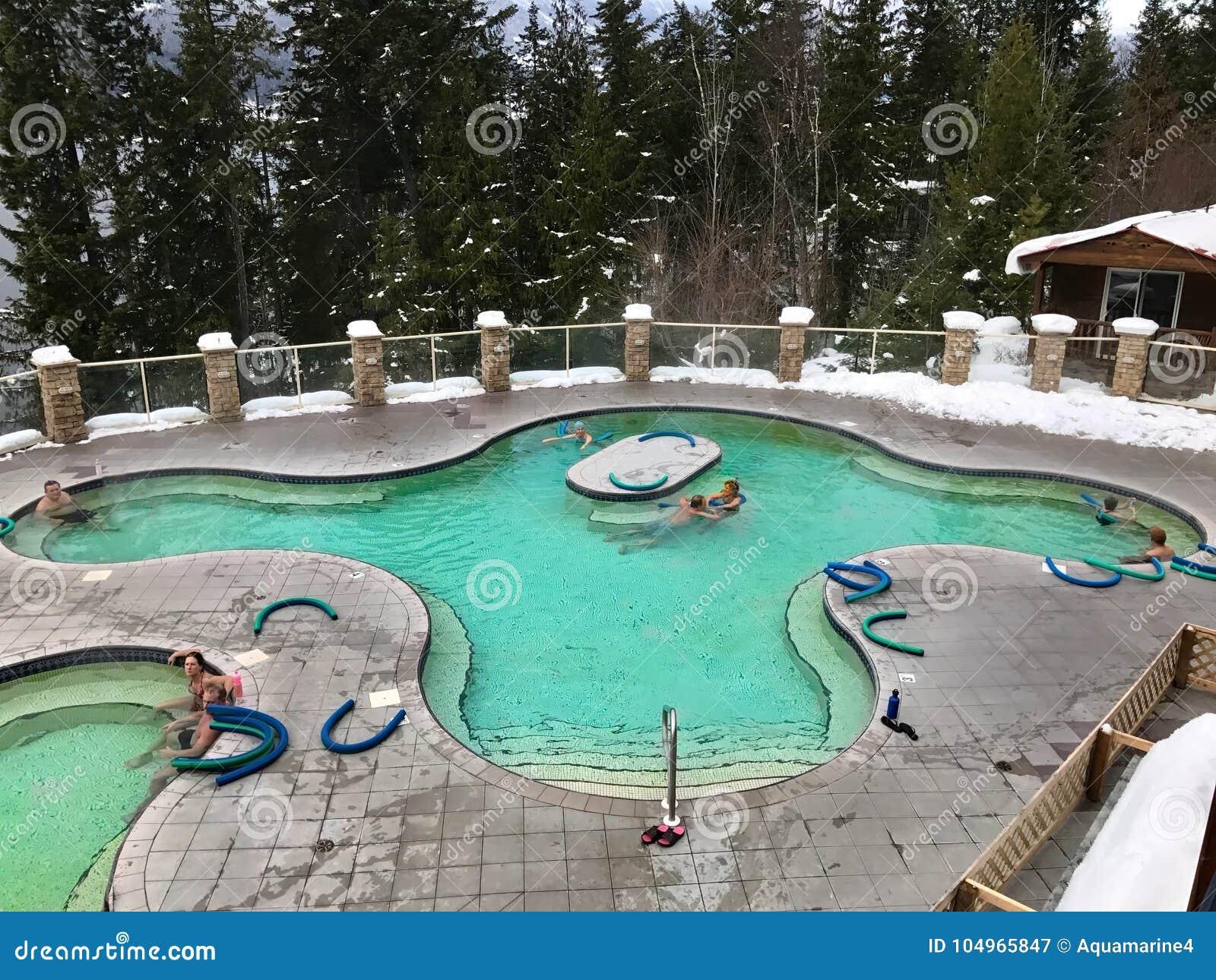 DE IJSVOGEL HETE LENTES, BRITS COLOMBIA CANADA - 26 DECEMBER, 2016: De mensen die in 37 graden Celsius-ontspannen mineraal voegen