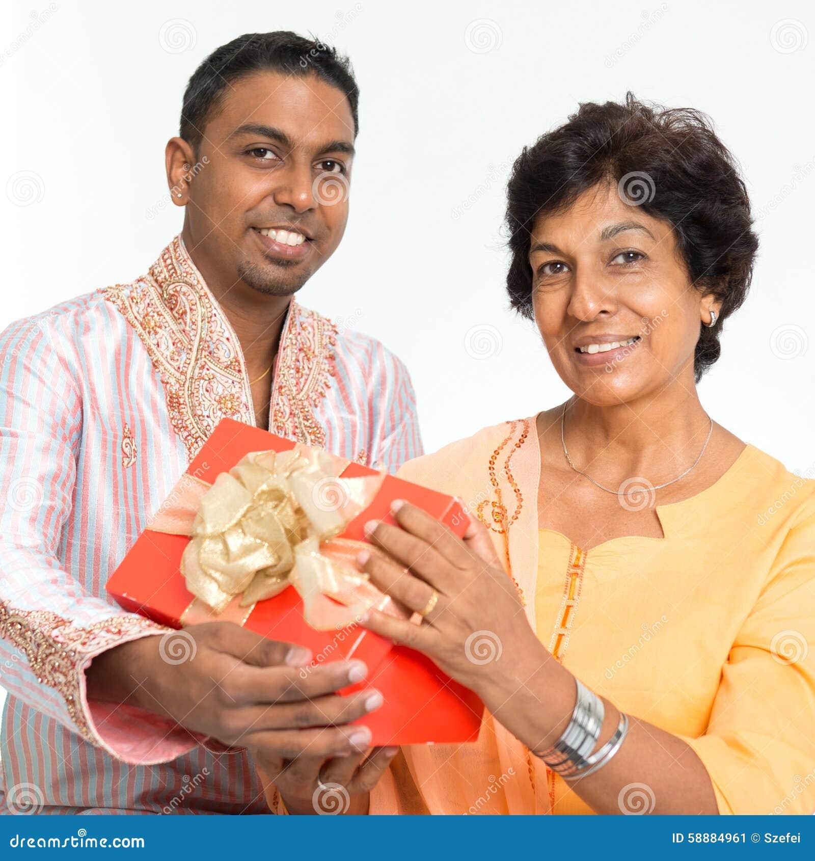 De Indische Familie Viert Verjaardag Stock Afbeelding Afbeelding