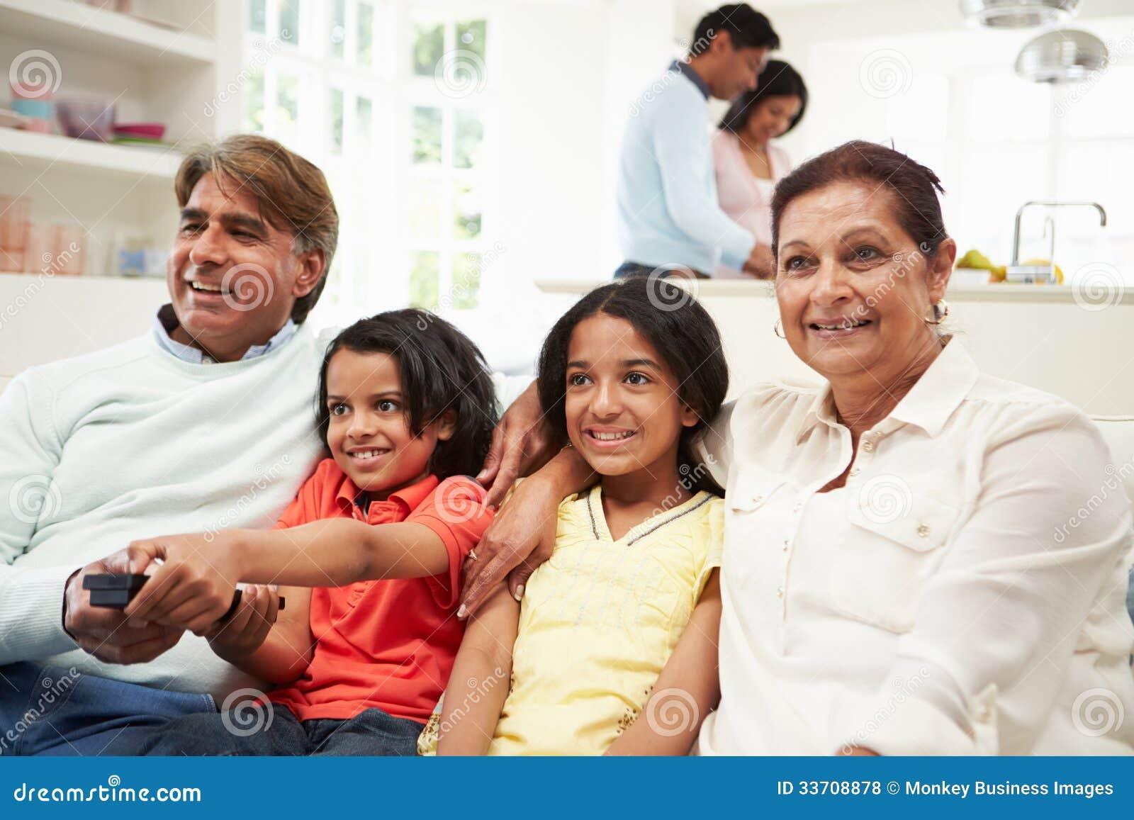 De indische familiezitting van meerdere generaties op sofa for Indisches sofa