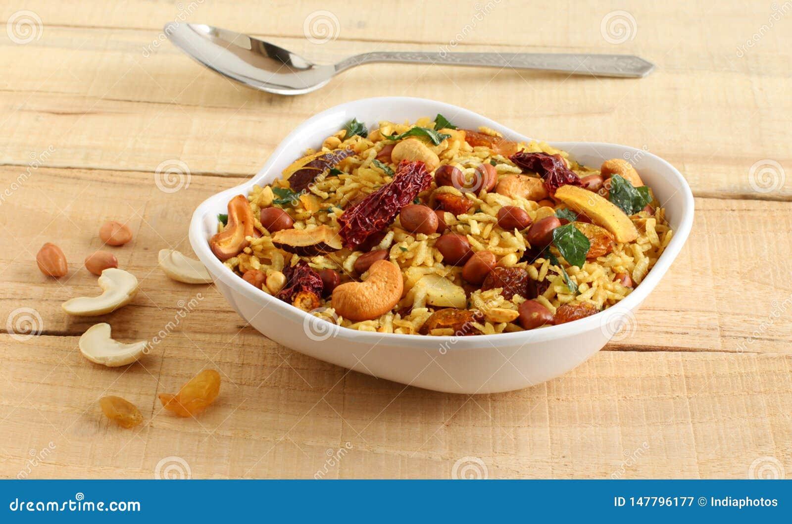 De Indische Snack van Pohachivda met Afgevlakte Rijst als Hoofdingrediënt