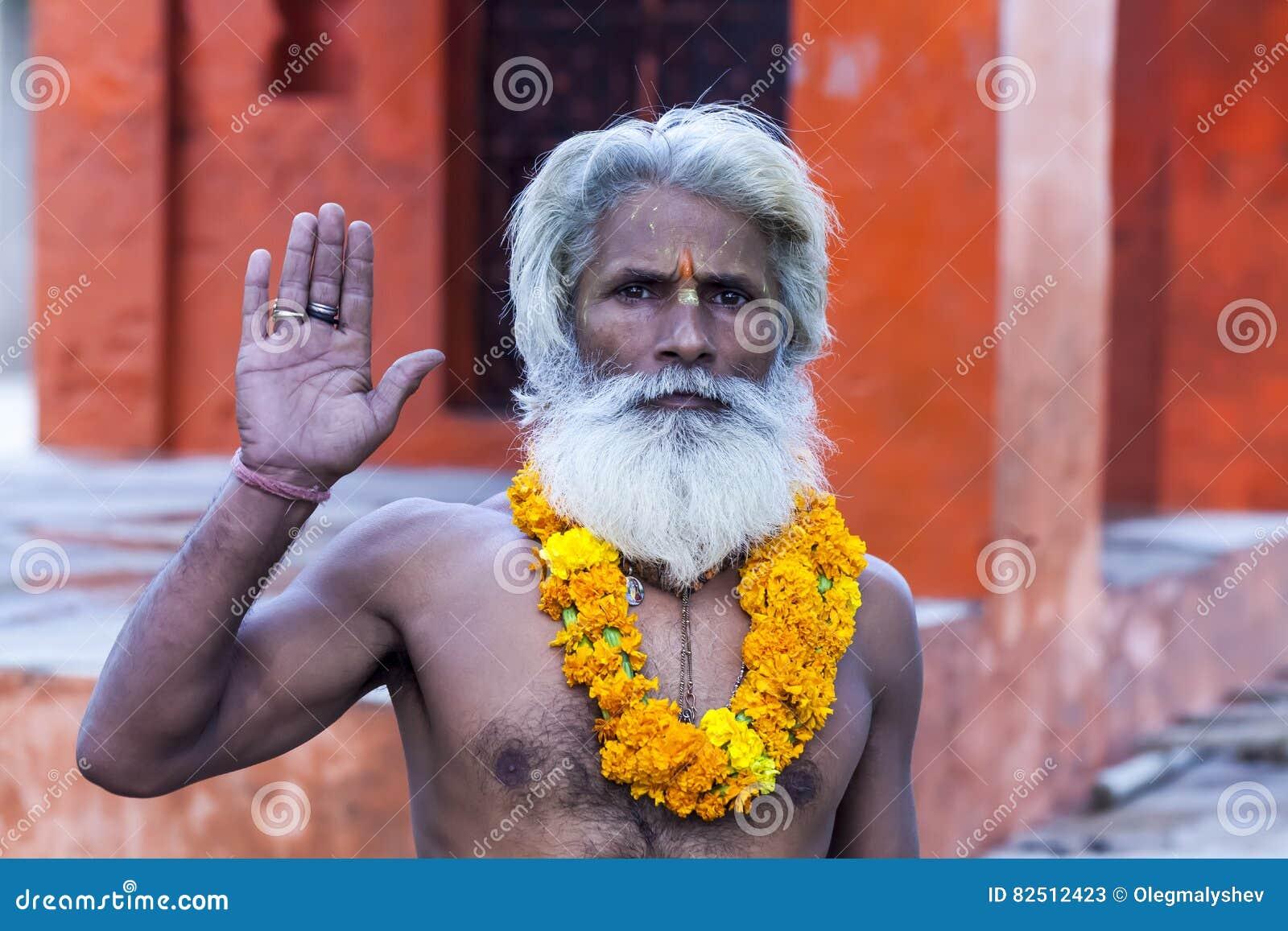 De Indische yogi Baba Ramis begaat riten heilige rituelen India, Anor