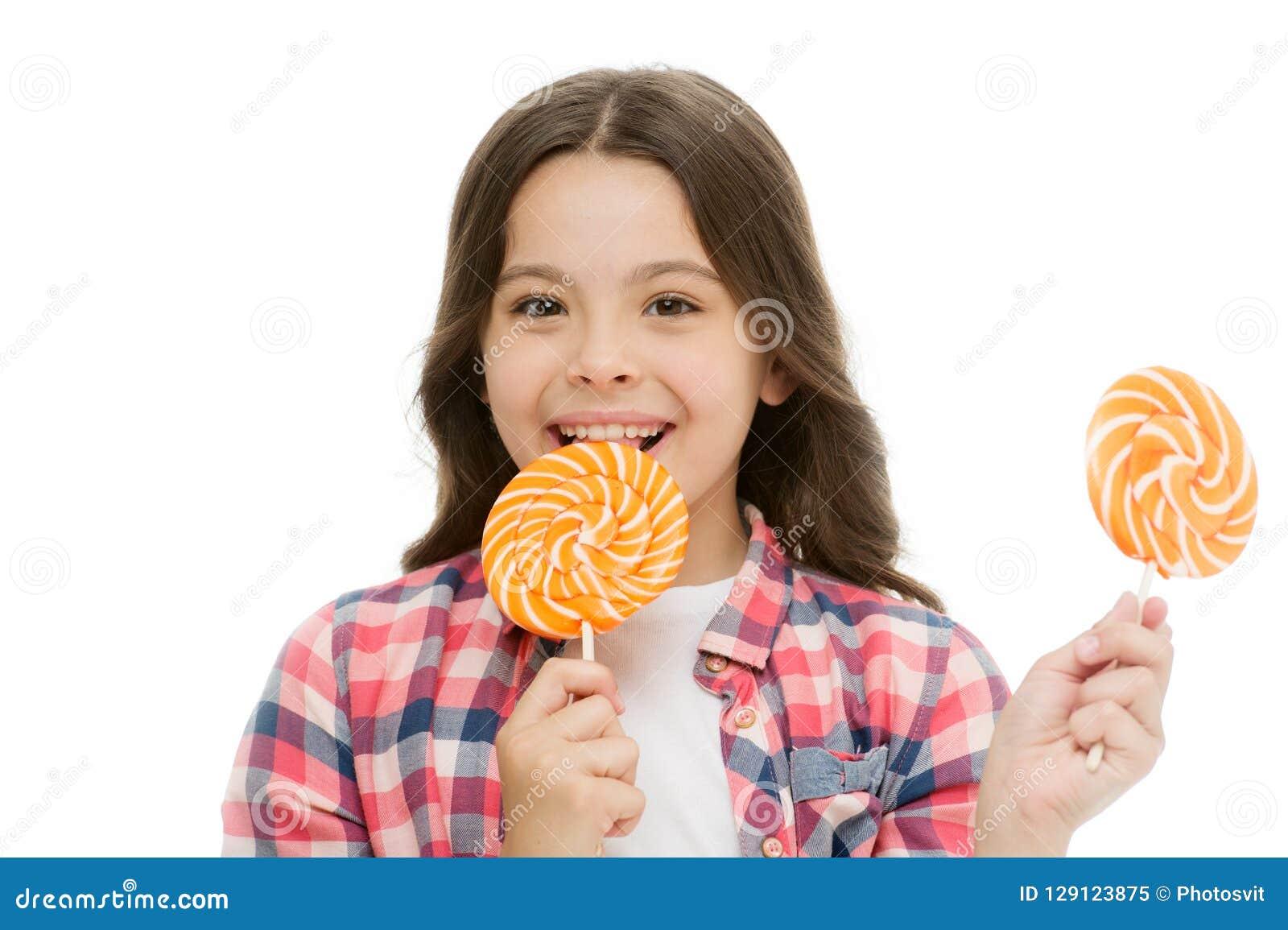 De indrukwekkende voeding van de feitensuiker Meisjeskind het glimlachen houdt lollysuikergoed Het meisjesjonge geitje met lolly