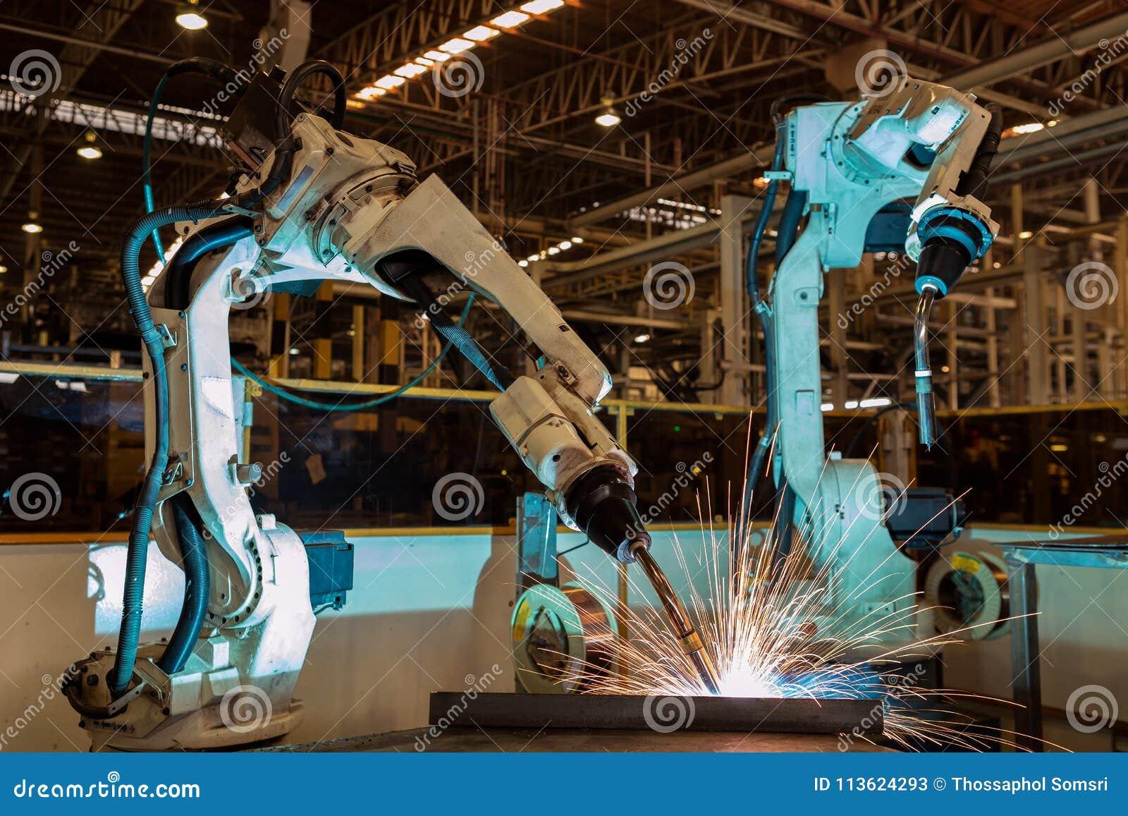 De industriële robot is het nieuwe programma van de testlooppas in automobielfabriek
