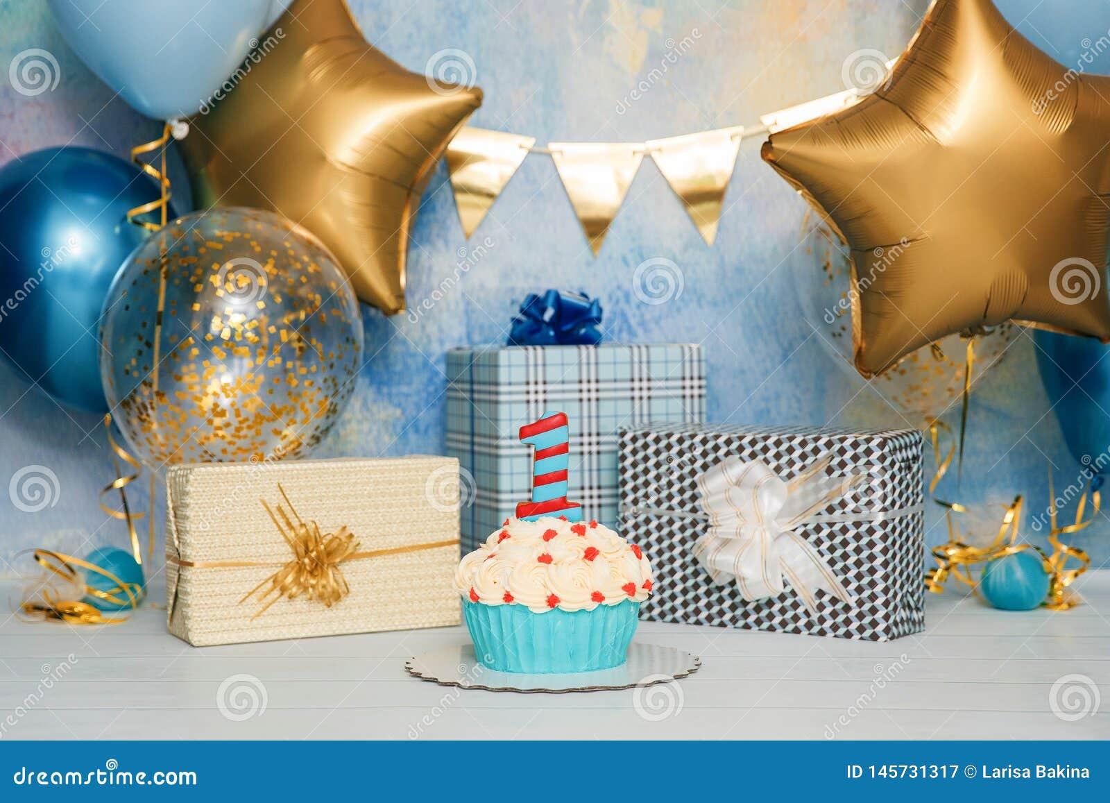 De Ineenstorting van de verjaardagscake met aantal Eerste cakebaby Het decor van de verjaardag De Cakeineenstorting van de jongen