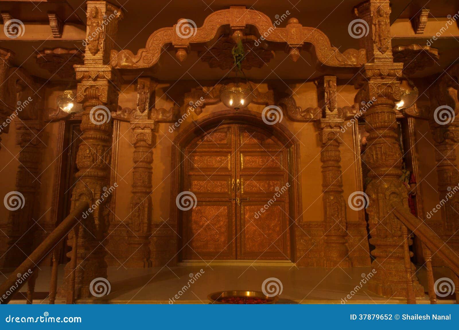 De ingang van de Jaintempel bij nacht