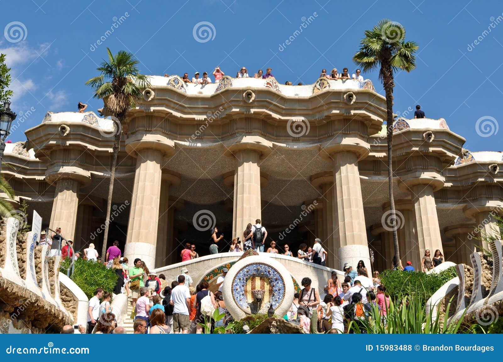 De ingang van guell van het park redactionele stock foto afbeelding 15983488 - Ingang van het hedendaagse huis ...