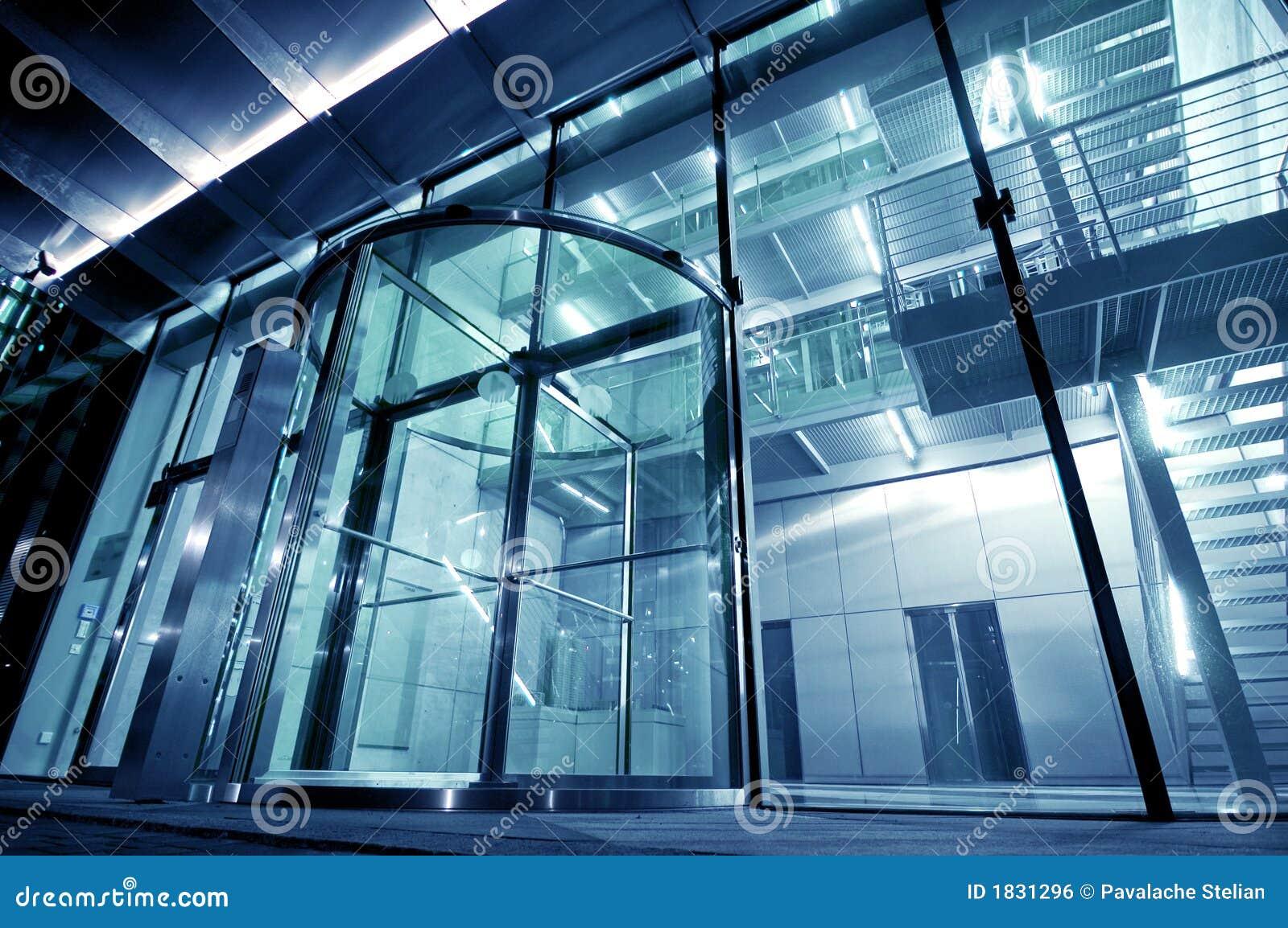 De ingang van het glas aan de moderne bouw stock foto afbeelding