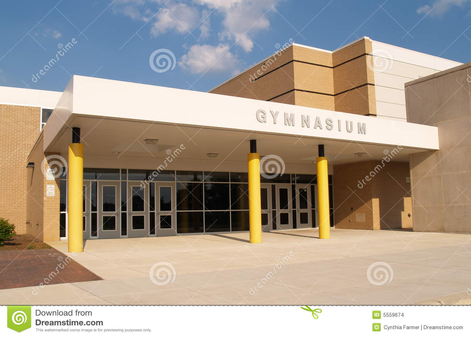 De ingang van het gymnasium voor een school
