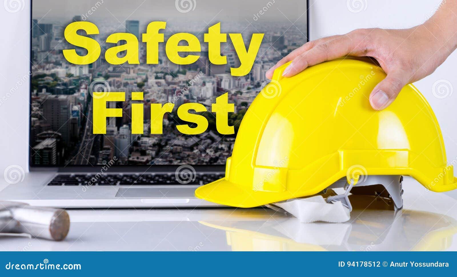 De ingenieur neemt eerst veiligheidshelm voor Veiligheid op