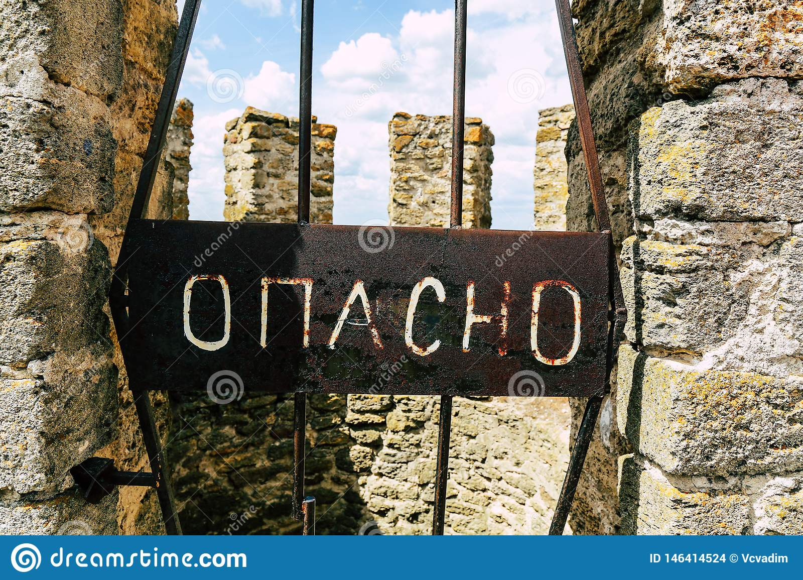 De inschrijving in Russisch GEVAAR Op de toren van de oude vesting