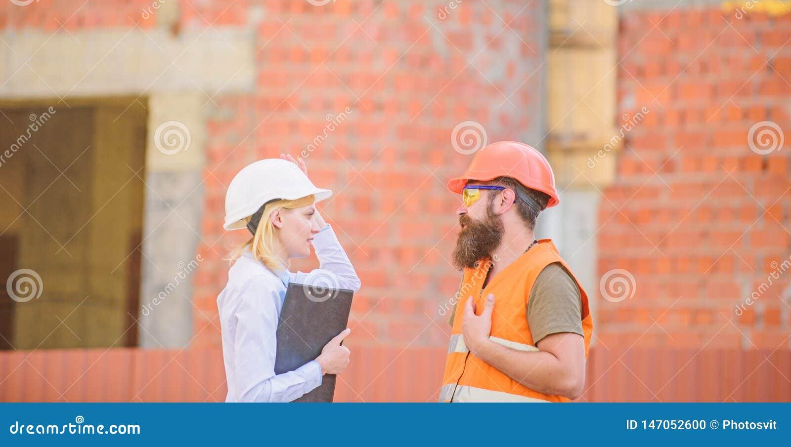 De inspectie van de bouwwerfveiligheid Bespreek vooruitgangsproject Bouwproject het inspecteren Het concept van de veiligheidsins