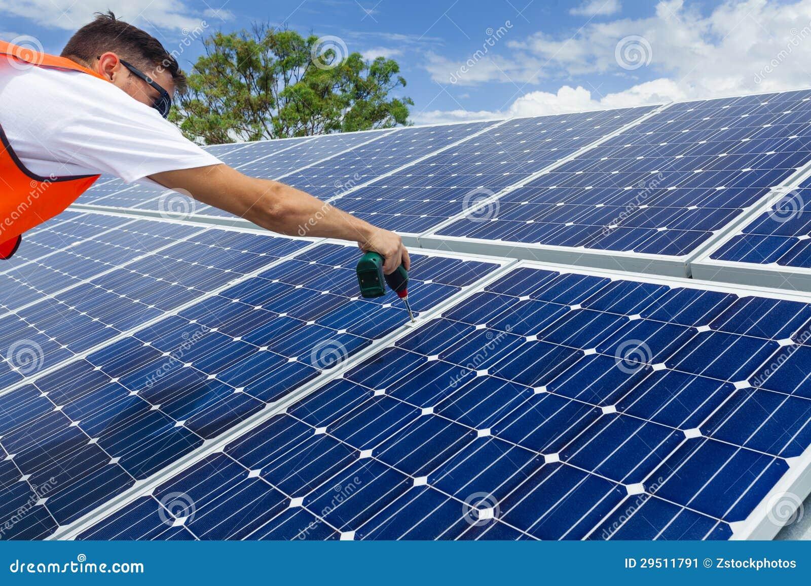 De installatie van het zonnepaneel