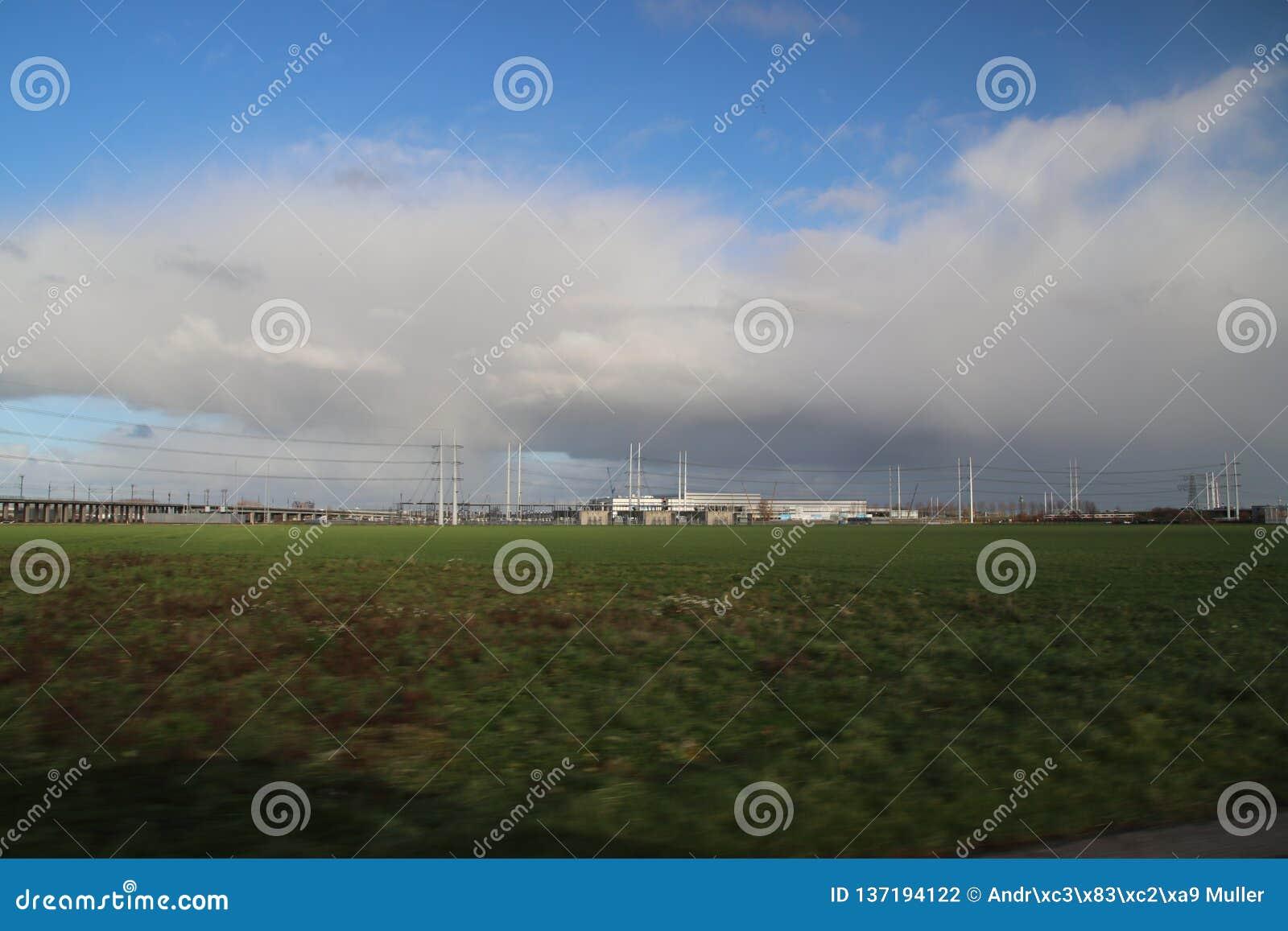 De installatie van de machtsdistributie voor hoogspanningsvervoer van elektriciteit in Bleiswijk, Nederland