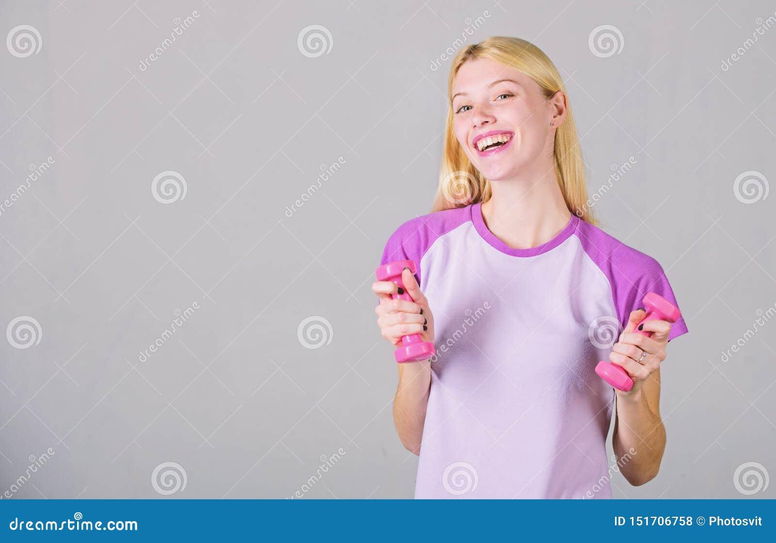 De instructeur van de geschiktheid Gezond levensstijlconcept Vrouwen aanbiddelijk blonde die met domoor uitoefenen Gemakkelijke o