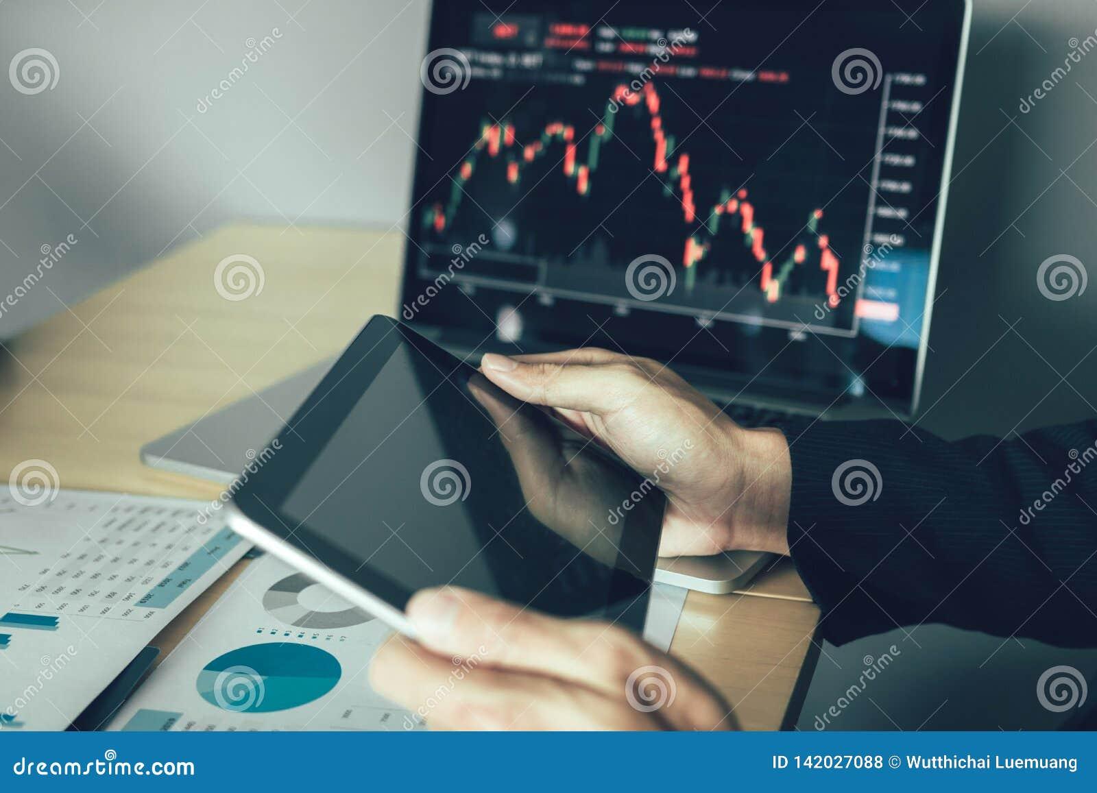De investeerders gebruiken tabletten om informatie van bedrijf te vinden die voorraden analyseren