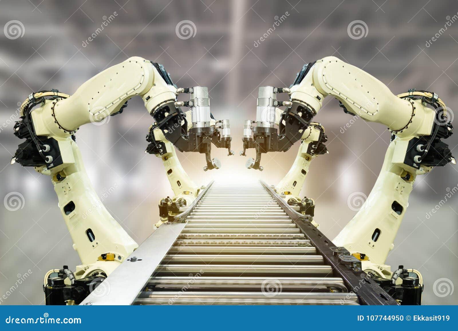 De Iotindustrie 4 0 technologieconcept Slimme fabriek die neigende automatiserings robotachtige wapens met deel op transportband