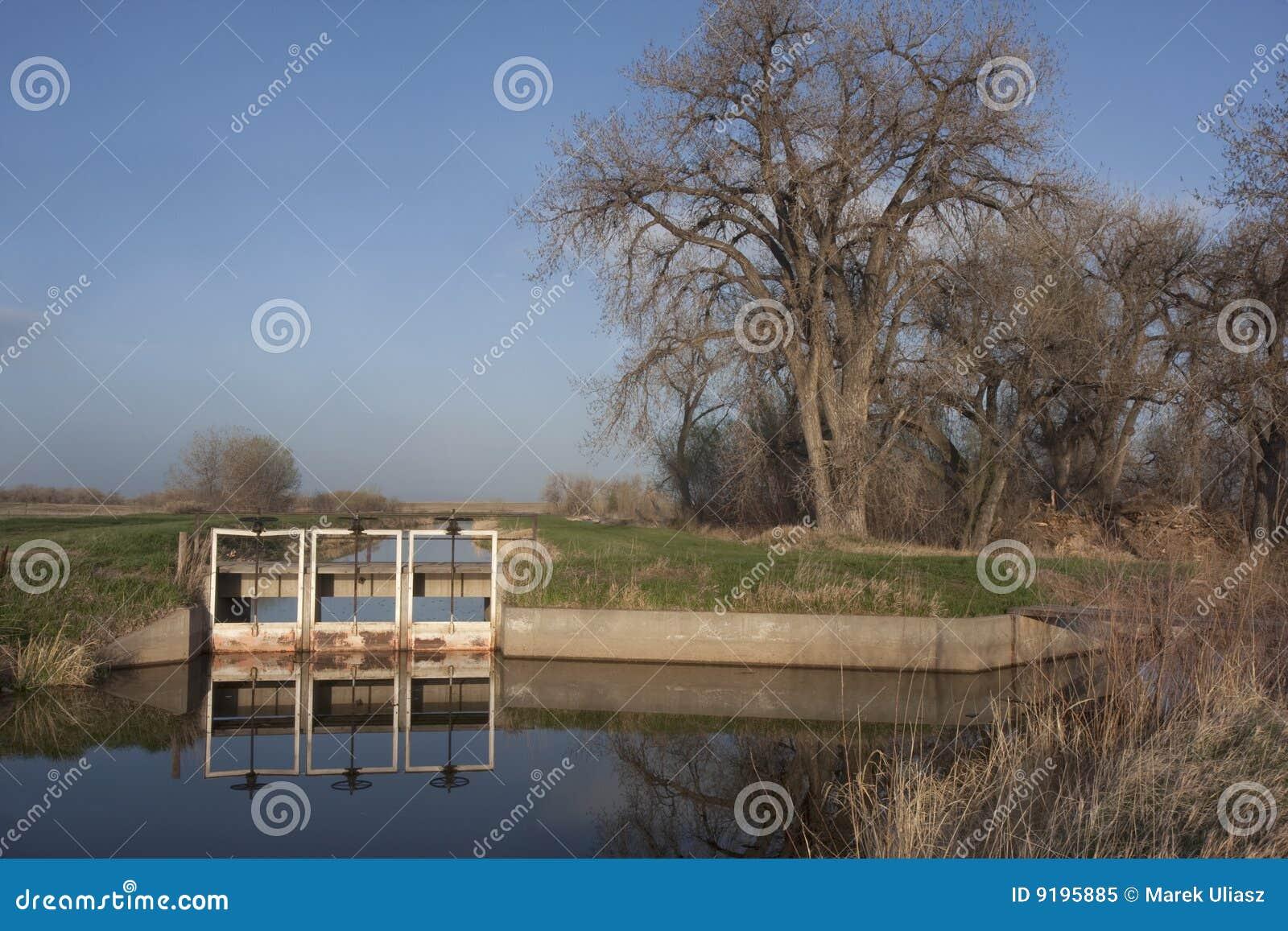 De irrigatiekanalen van het water in de landbouwgrond van colorado stock afbeelding afbeelding - Groen behang van het water ...