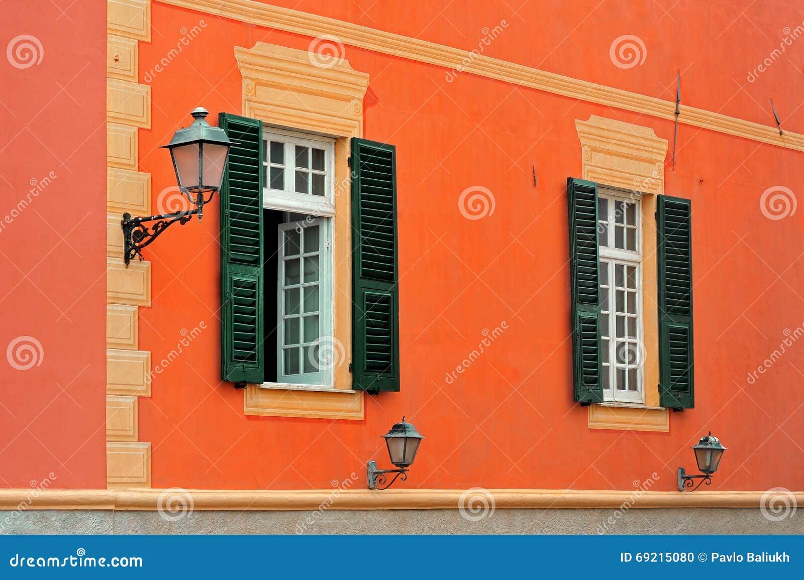 Klassieke Italiaanse Lampen : De italiaanse klassieke voorgevel met shuttered vensters en lamp