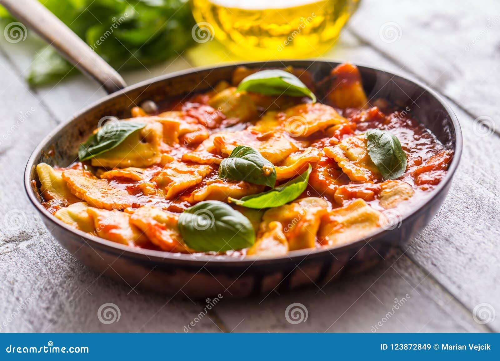 De Italiaanse of mediterrane ravioli van voedseldeegwaren van tomatensaus