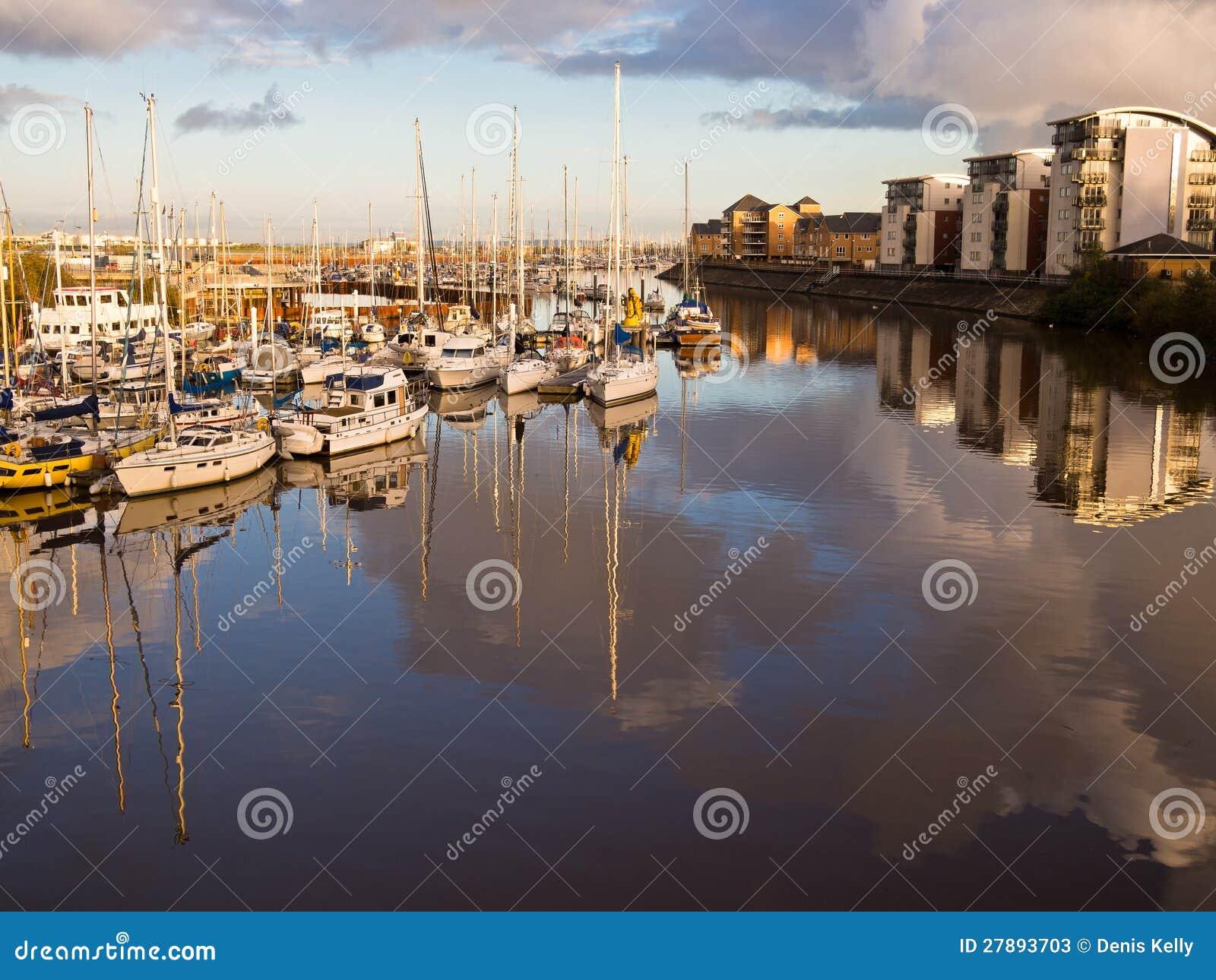 De Jachthaven van Cardiff bij Zonsondergang