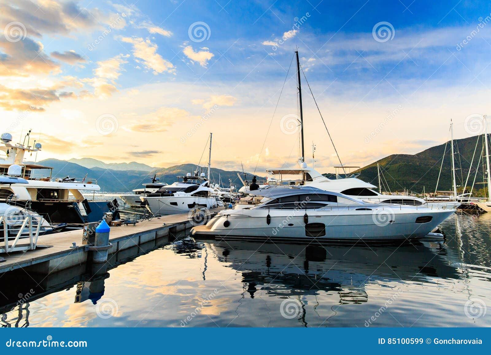 De jachthaven van het luxejacht Haven in Middellandse Zee bij zonsondergang